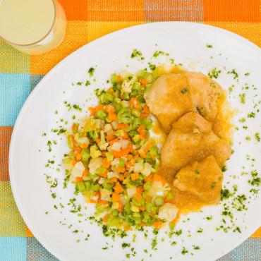 Filé de Frango ao Molho de Curry com Legumes - Low Carb